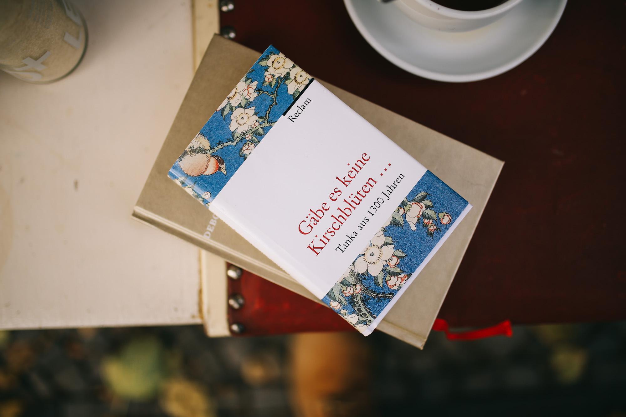 Bücher sind großartige Asseccoires – für Deinen Geist ...